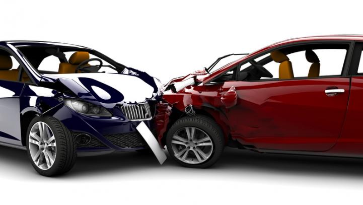 La Audiencia de Sevilla impone condenas de 12 y 18 meses de cárcel a dos hombres acusados de simular un accidente de tráfico para cobrar del seguro