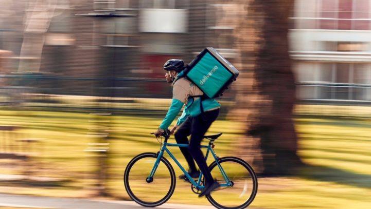 Los ciclistas de Deliveroo son falsos autónomos, según una sentencia pionera en España
